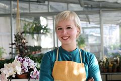 Stående av den gladlynta blomsterhandlaren Arkivfoton