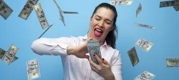 Stående av den gladlynta lyckliga kvinnan som tycker om duschen från 100 dollar royaltyfri foto