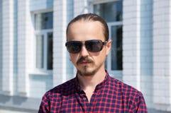 Stående av den gladlynta skäggiga hipstermannen i svarta exponeringsglas Stilfullt mode Royaltyfri Foto
