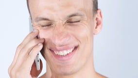 Stående av den gladlynta stiliga shirtless mannen som talar på telefonen Arkivfoto