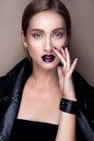 Stående av den gotiska flickan med blåa ögon i mörker Royaltyfri Fotografi