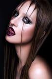 Stående av den gotiska flickan med blåa ögon i mörker Arkivbild