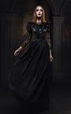 Stående av den gotiska flickan med blåtiror Arkivbilder