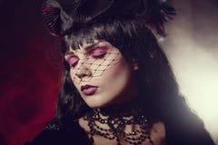 Stående av den gotiska flickan med konstnärlig makeup fotografering för bildbyråer