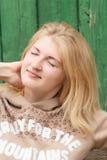 Stående av den grönögda drömma blonda flickan Fotografering för Bildbyråer