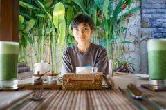 Stående av den gulliga asiatiska indonesiska flickan för livsstilskönhet som väntar på hennes frukost arkivbild