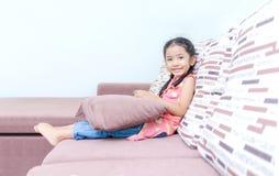 Stående av den gulliga asiatiska thailändska lilla flickan som spelar mobiltelefonen på Royaltyfri Fotografi