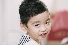 Stående av den gulliga asiatiska ungen Arkivfoto