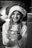 Stående av den gulliga le för julgåva för flicka hållande asken Royaltyfria Foton