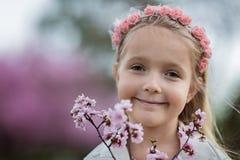 Stående av den gulliga lilla flickan med utomhus- blont hår rockera den cesky fjädern för arvkrumlovsäsongen för att visa världen royaltyfria bilder