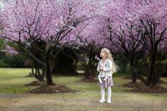 Stående av den gulliga lilla flickan med utomhus- blont hår rockera den cesky fjädern för arvkrumlovsäsongen för att visa världen fotografering för bildbyråer