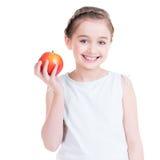 Stående av den gulliga lilla flickan som rymmer ett äpple. Royaltyfri Fotografi