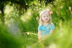 Stående av den gulliga lilla gladlynta flickan utomhus Arkivfoto