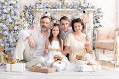 Stående av den gulliga lyckliga familjen som firar jul royaltyfria bilder