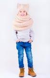 Stående av den gulliga lyckliga pojken, unge i vinterkläder Royaltyfri Fotografi