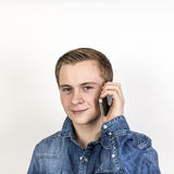 Stående av den gulliga tonårs- pojken på mobilen royaltyfri foto