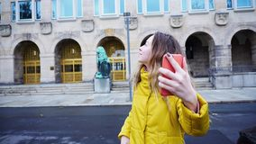 Stående av den gulliga unga kvinnan som talar i den videopd appellen genom att använda mobilen royaltyfri bild