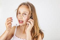 Stående av den gulliga unga tonårs- flickan som talar med hennes mobil royaltyfri foto