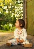stående av den gulliga ungen som har gyckel på bygd Royaltyfri Foto