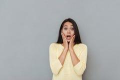Stående av den häpna förvånade unga kvinnan med den öppnade munnen Arkivfoto