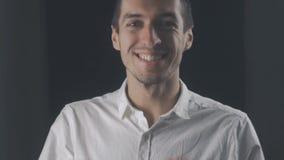 Stående av den häpna förvånade unga mannen i den vita skjortan Plötslig seger eller framgång lager videofilmer