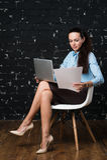 Stående av den härliga affärskvinnan i hennes kontor Royaltyfria Foton