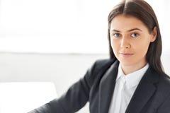 Stående av den härliga affärskvinnan i kontoret Arkivbild