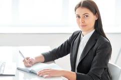 Stående av den härliga affärskvinnan med dokument i Royaltyfri Fotografi