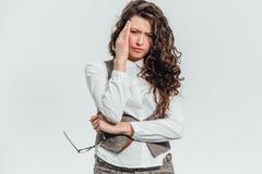 Stående av den härliga affärskvinnan som gör en gest huvudknip som isoleras på vit bakgrund med kopieringsutrymme som annonserar  royaltyfri bild