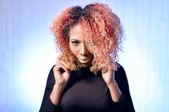 Stående av den härliga afrikanska flickan med rött hår och guld- kanter arkivbilder