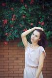 Stående av den härliga allvarliga unga brunettkvinnan royaltyfria foton