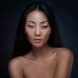 Stående av den härliga asiatiska flickan arkivfoton