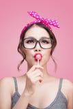 Stående av den härliga asiatiska kvinnan som äter hjärtaformklubba, D Royaltyfria Foton