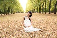 Stående av den härliga asiatiska kvinnan som ljust ler utomhus- fotografering för bildbyråer