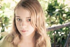 Stående av den härliga blonda Caucasian tonårs- flickan royaltyfri bild