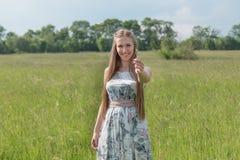 Stående av den härliga blonda kvinnan i ett fält Arkivfoton