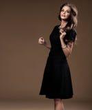 Stående av den härliga blonda kvinnan i svart klänning Royaltyfri Fotografi