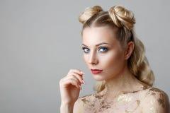 Stående av den härliga blonda kvinnan med makeupskönhetphotoshoot på bakgrund royaltyfri fotografi