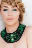 Stående av den härliga blonda kvinnan, på vit bakgrund, med ljust - grön makeup Royaltyfri Fotografi