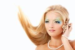 Stående av den härliga blonda sjöjungfrun som kallar telefonen med skalet Royaltyfri Bild