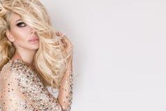 Stående av den härliga blondinen med att förbluffa ögon, tätt långt hår med viktig arkivbilder