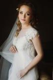 Stående av den härliga bruden, blond brud i elegant vit weddi arkivfoto