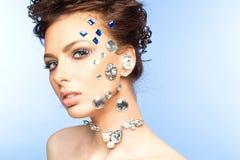 Stående av den härliga brunetten med diamanter på henne framsida Royaltyfria Foton