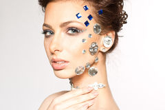 Stående av den härliga brunetten med diamanter på henne framsida Royaltyfria Bilder