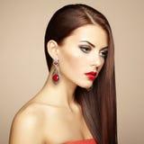 Stående av den härliga brunettkvinnan med örhänget. Perfekt makeu Arkivfoton