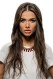 Stående av den härliga brunettkvinnan med sexiga kanter och långt hår Royaltyfri Foto