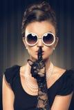Stående av den härliga brunettkvinnan som bär pärlemorfärg smycken Arkivbilder