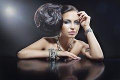 Stående av den härliga brunettkvinnan som ha på sig smycken Arkivbilder