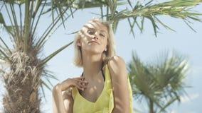 Stående av den härliga caucasian flickan som poserar på den tropiska stranden Royaltyfri Foto