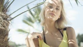 Stående av den härliga caucasian flickan som poserar på den tropiska stranden Royaltyfri Fotografi